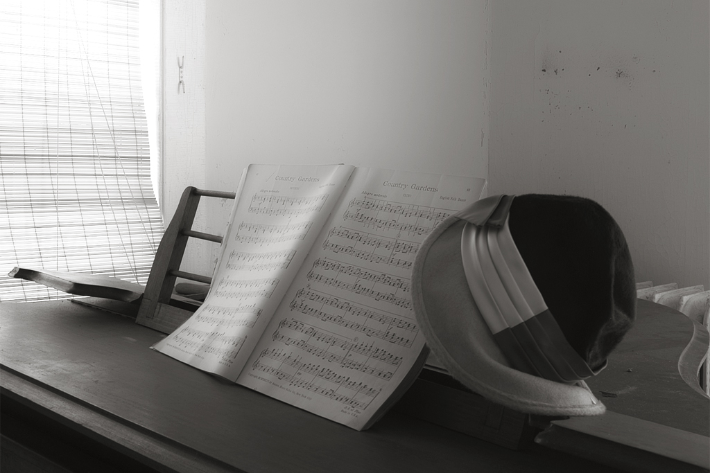 piano_with_hat_bw2